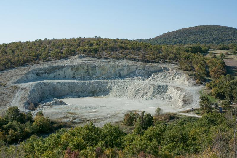Rå mineral för villebrådzeolite och stenvägg arkivbilder