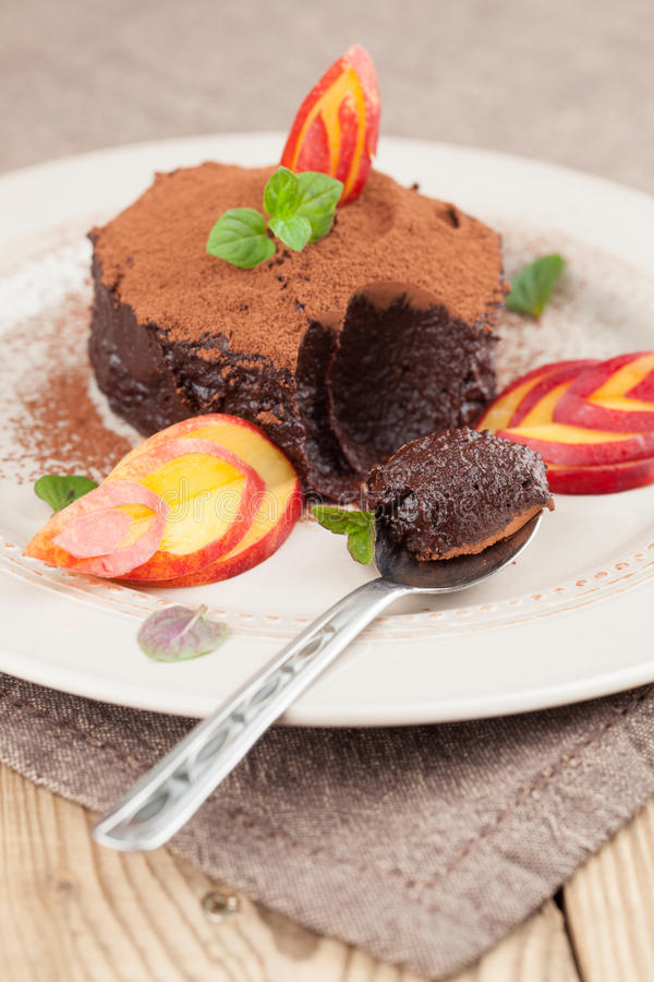 Rå mousse för strikt vegetarianavokadochoklad med nektarinen arkivbild