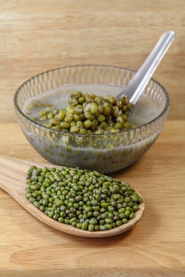 Rå Mung böna och Mung Bean Sweet Soup, efterrätt royaltyfri fotografi