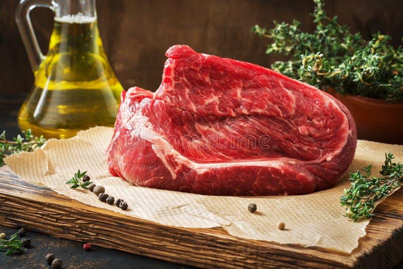 Rå nötköttfilé med timjan och olivolja arkivbild