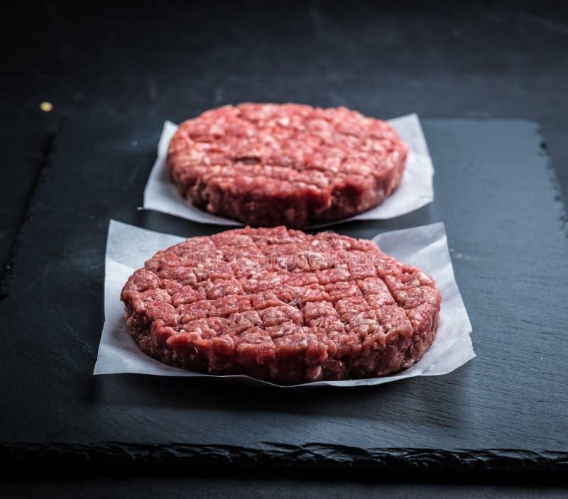 Rå nötköttkotletter för hamburgare royaltyfri fotografi