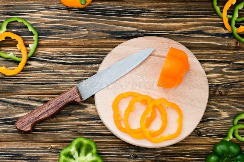 Rå ny peppar på skärbräda table trä royaltyfri fotografi