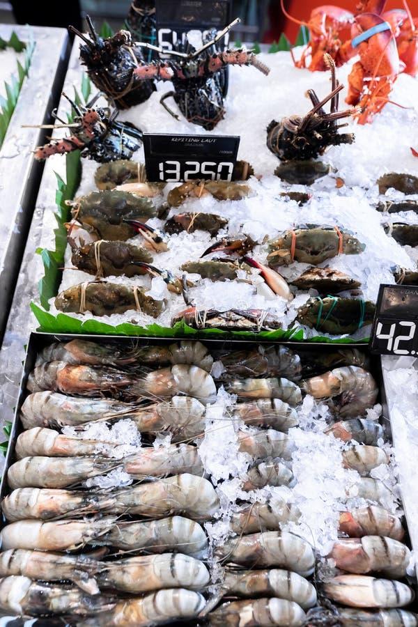 Rå nya räkor på den asiatiska marknaden Fisk och skaldjur Sunda räkor royaltyfri foto