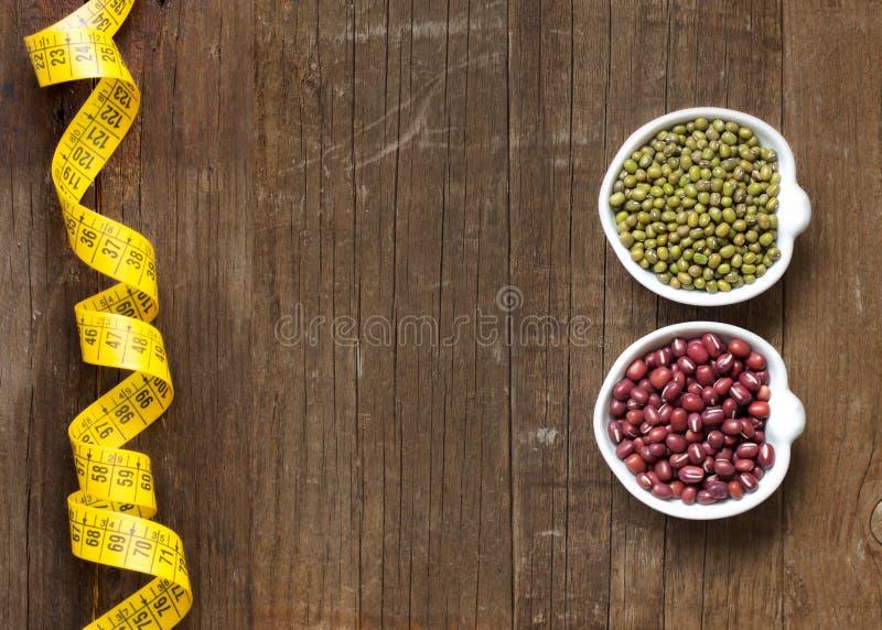 Rå organisk azuki och mung bönor royaltyfria foton