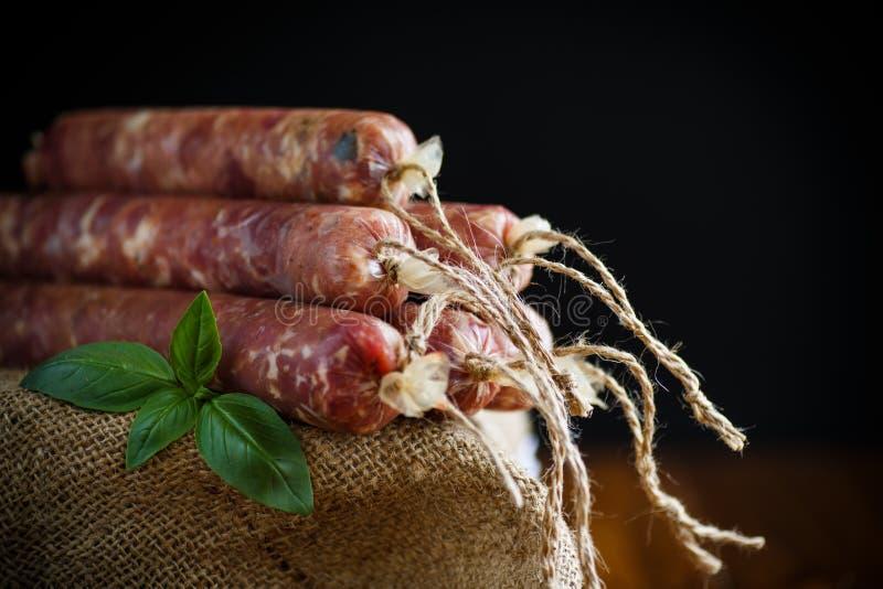 Rå organisk hemlagad korv som göras från naturligt kött arkivbilder