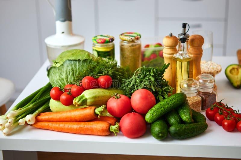Rå organiska grönsaker, frukter och muttrar med nya ingredienser för healthily att laga mat på kök Strikt vegetarian eller bantar royaltyfri fotografi