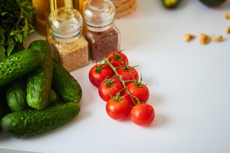 Rå organiska grönsaker, frukter och muttrar med nya ingredienser för healthily att laga mat på kök Strikt vegetarian eller bantar arkivbild