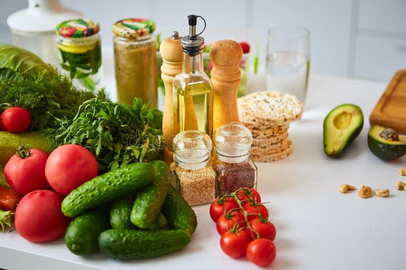 Rå organiska grönsaker, frukter och muttrar med nya ingredienser för healthily att laga mat på kök Strikt vegetarian eller bantar arkivbilder