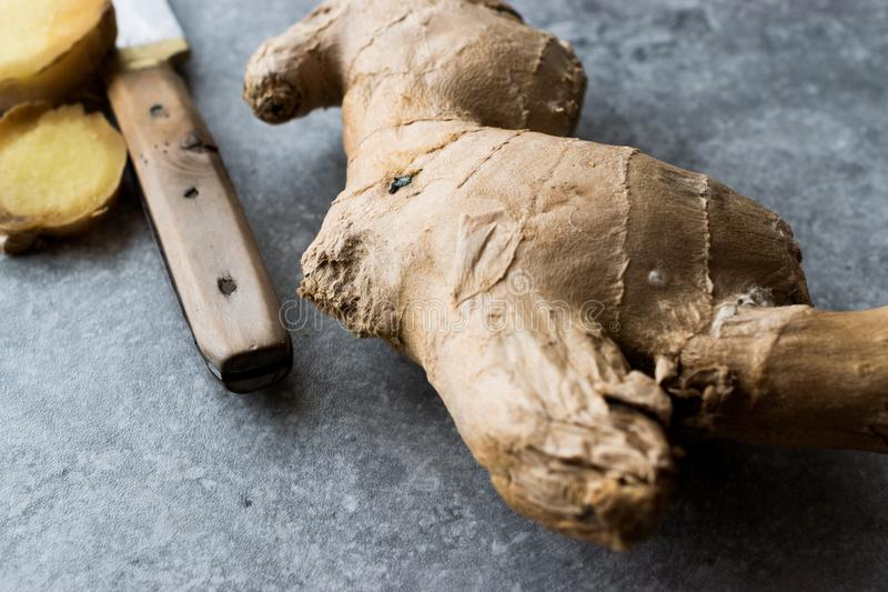 Rå organiska skivade Ginger Root Ready som ska användas royaltyfri foto