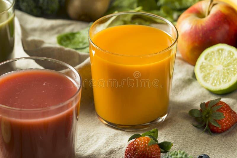 Rå organiska sunda Detoxfruktsafter fotografering för bildbyråer