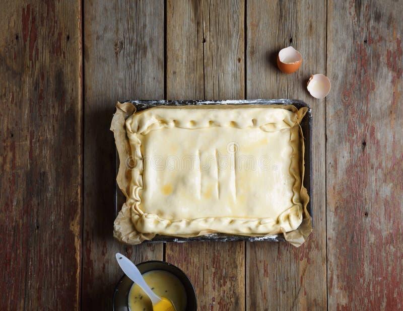 Rå paj, rått bröd, bakning, i ugnen, mjöl, bakelse, royaltyfri foto