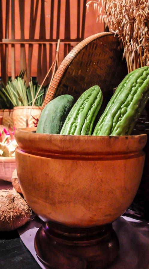 Rå Papaya i trämortel med thailändska örter för matrecept på trätabellen i det traditionella köket arkivbilder