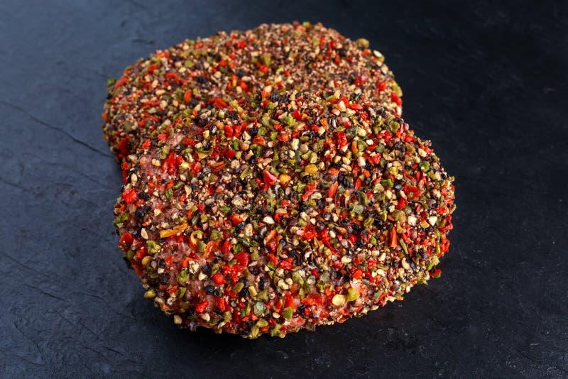 Rå pepprade jordnötköttköttkotletter för hamburgare royaltyfri fotografi