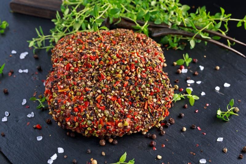 Rå pepprade jordnötköttköttkotletter för hamburgare arkivbilder