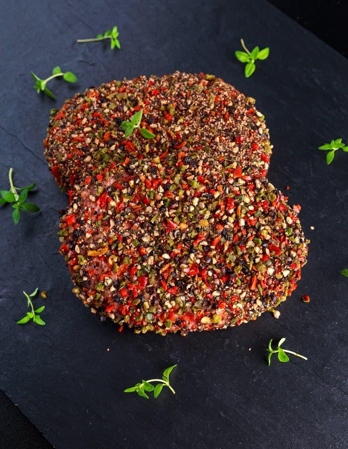 Rå pepprade jordnötköttköttkotletter för hamburgare fotografering för bildbyråer