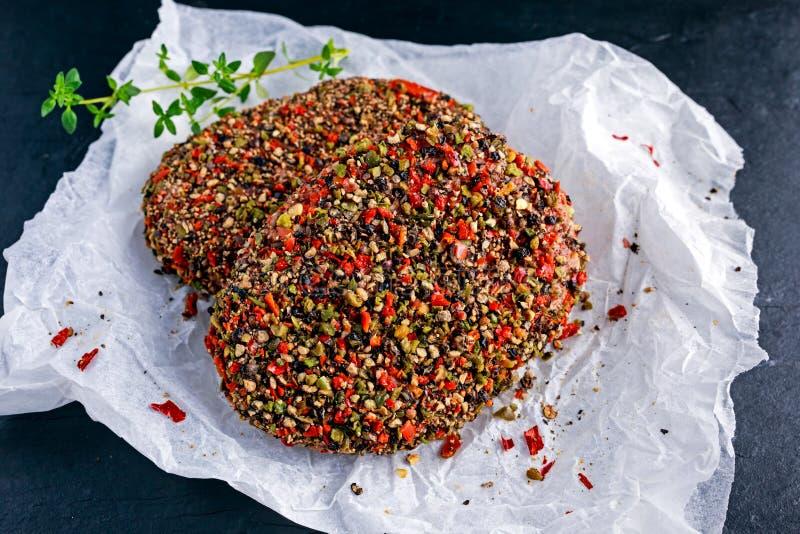 Rå pepprade jordnötköttköttkotletter för hamburgare royaltyfri bild