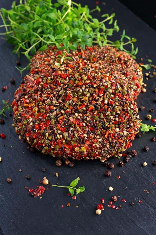 Rå pepprade jordnötköttköttkotletter för hamburgare arkivbild