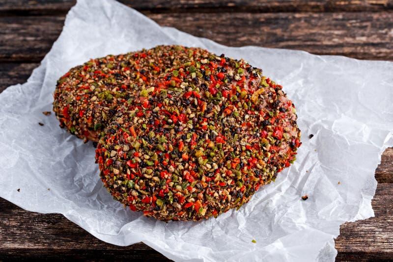Rå pepprade jordnötköttköttkotletter för hamburgare royaltyfri foto