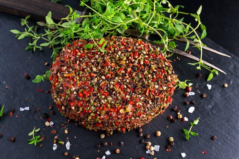 Rå pepprade jordnötköttköttkotletter för hamburgare royaltyfria bilder