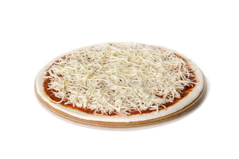 Rå pizzaförberedelsedeg, sås och ost royaltyfria foton