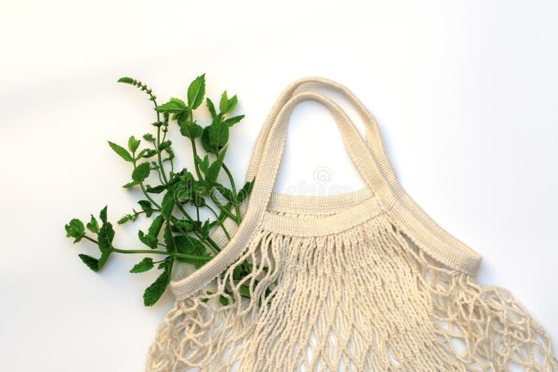 Rå, saftiga nya grönsaker i en naturlig bomullsradpåse Nollavfalls bomull vegetarianism royaltyfri fotografi