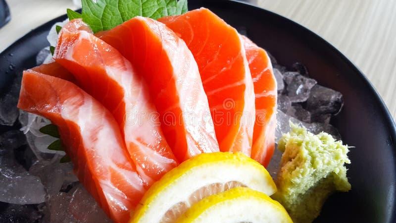 Rå sashimi för lax på trätabellen royaltyfri fotografi