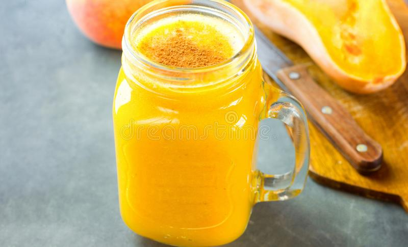 Rå smoothie för squash för strikt vegetarianpumpabutternut med knäpp persikapajkryddor i den glass murarekruset Ingredienser på d fotografering för bildbyråer