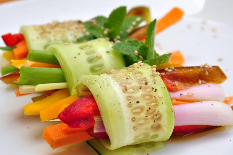 Rå, strikt vegetarianmål med gurkan, peppar, lök och morot arkivfoton