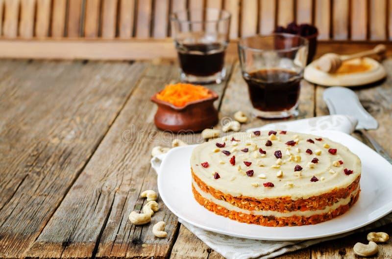 Rå strikt vegetarianmorotkaka med kasjukräm och torkade tranbär royaltyfri fotografi