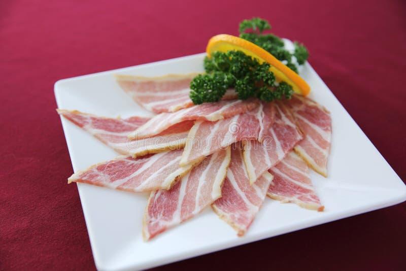 Rå strimmig grisköttuppsättning fotografering för bildbyråer