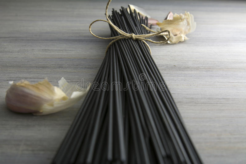 Rå svart spagetti med tioarmad bläckfiskfärgpulver royaltyfri foto