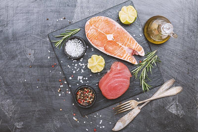 Rå tonfisk- och laxbiff royaltyfri foto