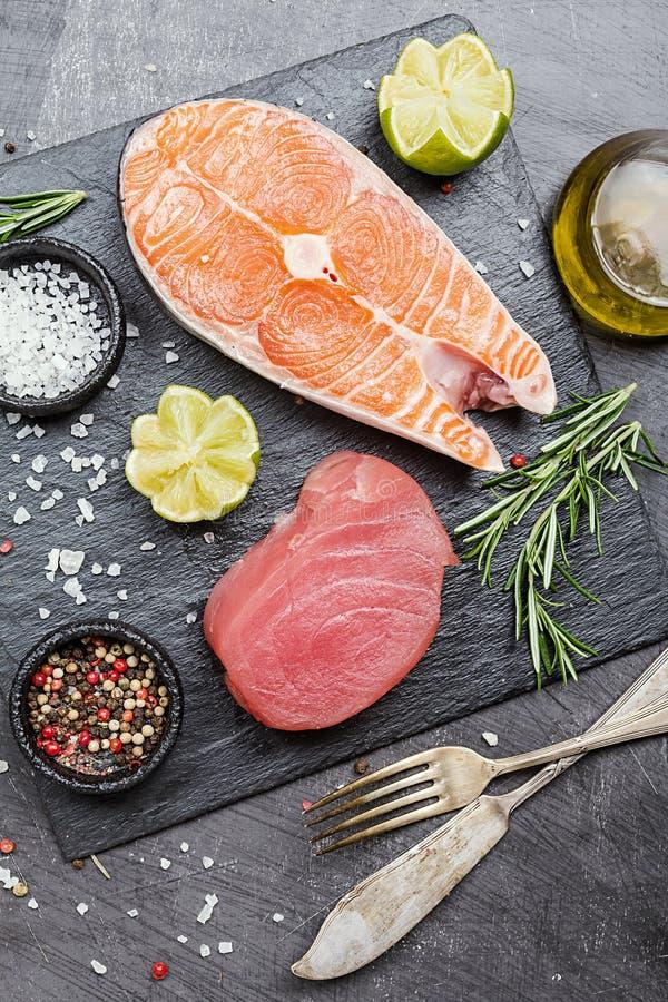 Rå tonfisk- och laxbiff fotografering för bildbyråer