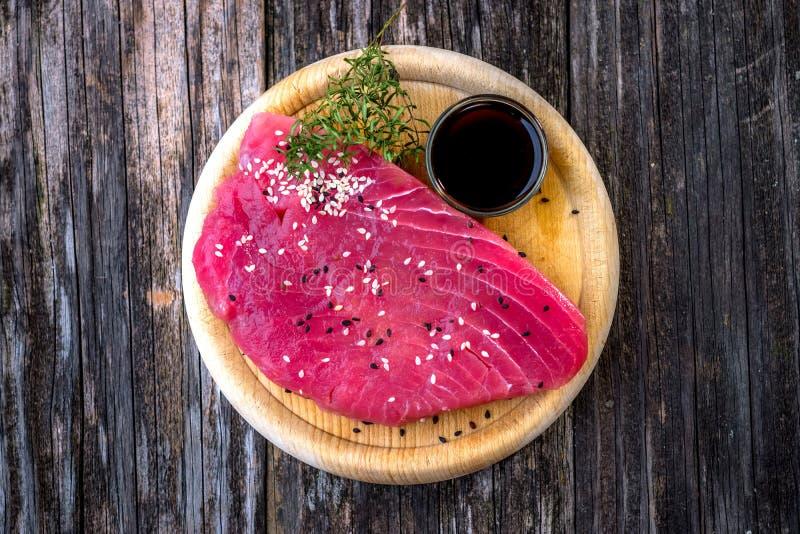 Rå tonfiskfilé med sojasås royaltyfria foton