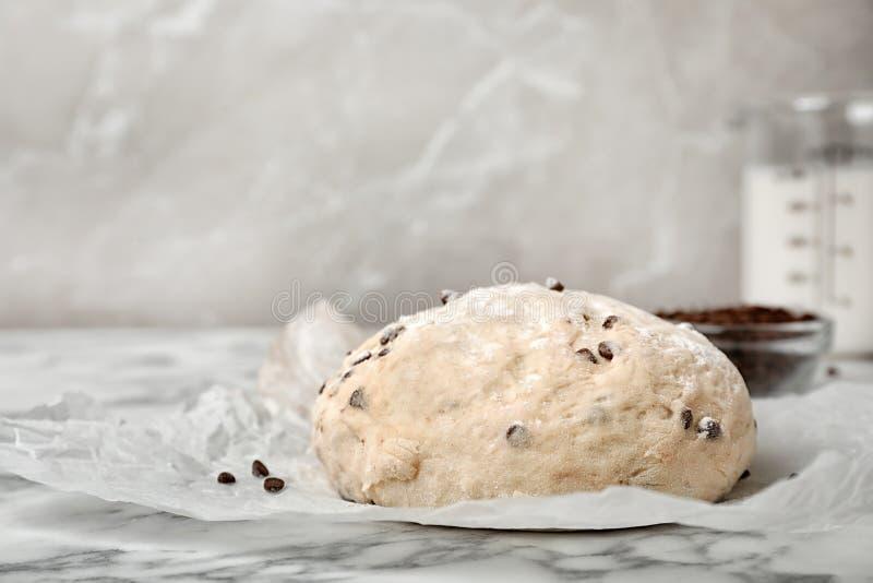 Rå vetedeg med chokladchiper royaltyfri bild