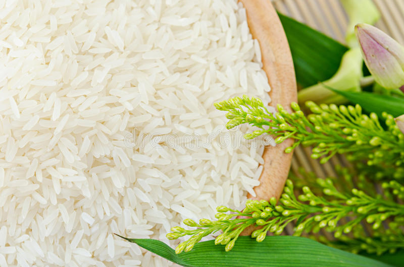 Rå vita ris i en bunke - bästa sikt royaltyfri foto