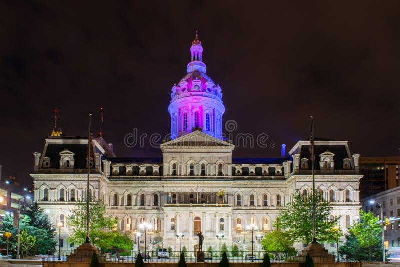 Rådbyggnad i Baltimore, Maryland under nattetid royaltyfri fotografi