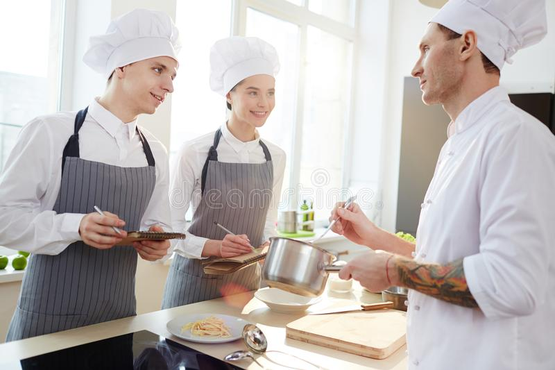 Råder från yrkesmässig kock arkivbilder