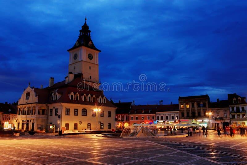 Rådfyrkanten i Brasov, Rumänien royaltyfria bilder
