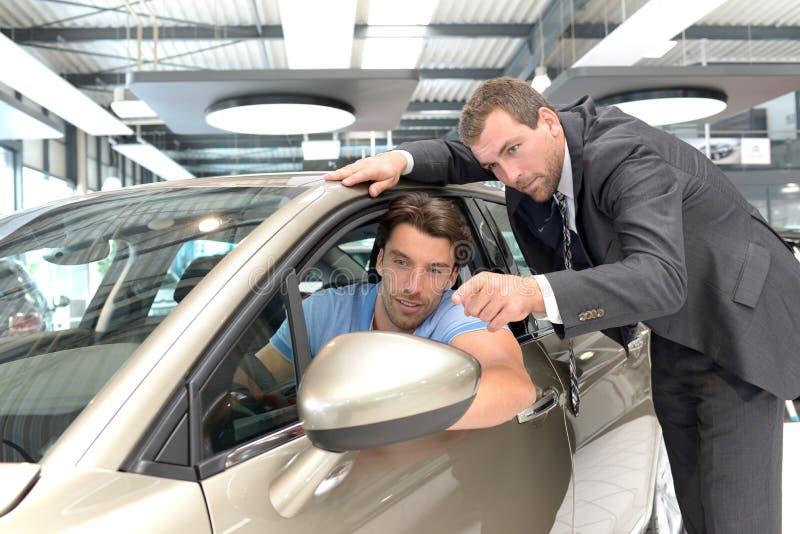 Rådgivning för bilåterförsäljare - säljare och kunder, när köpa en bil arkivfoto