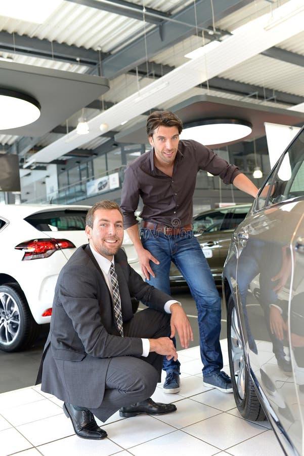 Rådgivning för bilåterförsäljare - säljare och kunder, när köpa en bil royaltyfria bilder
