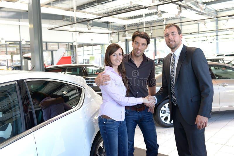Rådgivning för bilåterförsäljare - säljare och kunder, när köpa en bil royaltyfri foto