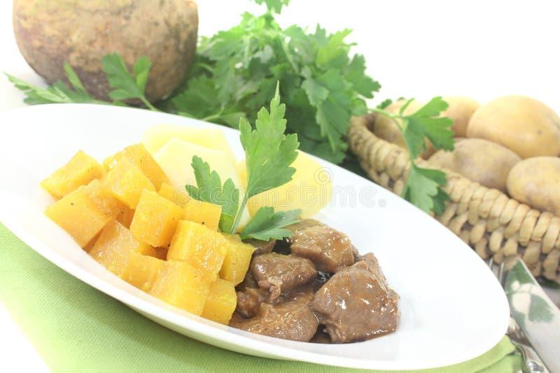 Rådjursköttgulasch med kålrot och potatisar royaltyfria foton