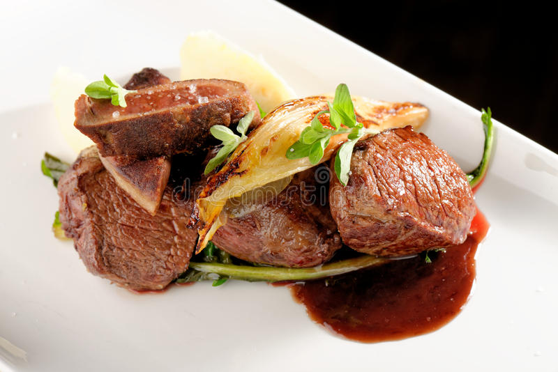Rådjursköttköttbiff med grönsaken arkivfoton