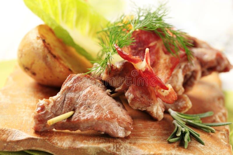 Rådjursköttsouvlaki- och baconremsor royaltyfri bild