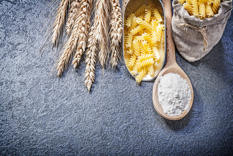 Råg för vete för mjöl för sked för skopa för kök för säckgenvägmakaroni wood arkivbild