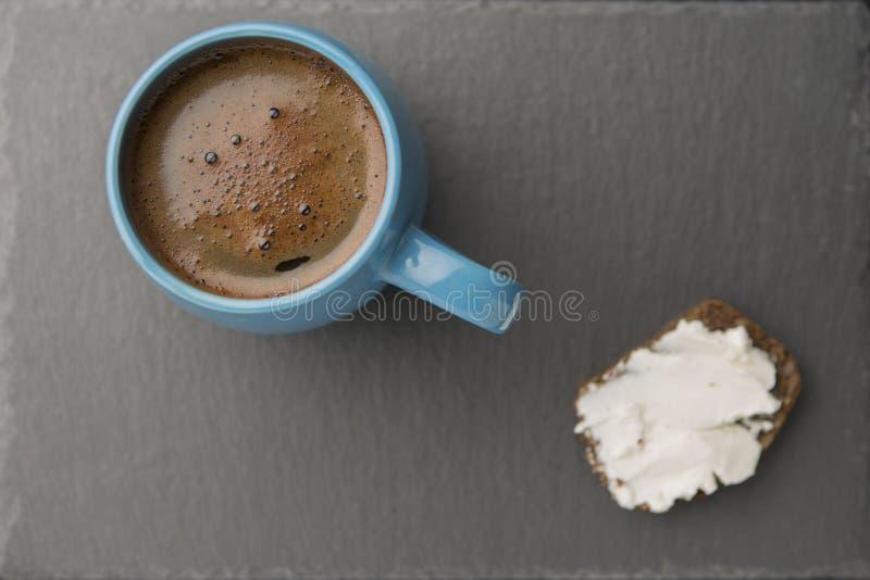 Rågbröd, kaffe i flottablått rånar royaltyfria bilder