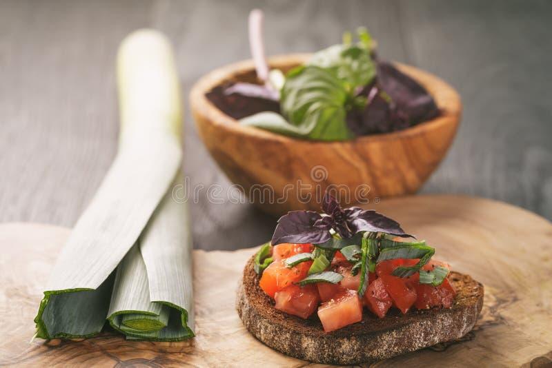 Rågsmörgås eller bruschetta med grönsaker royaltyfria foton