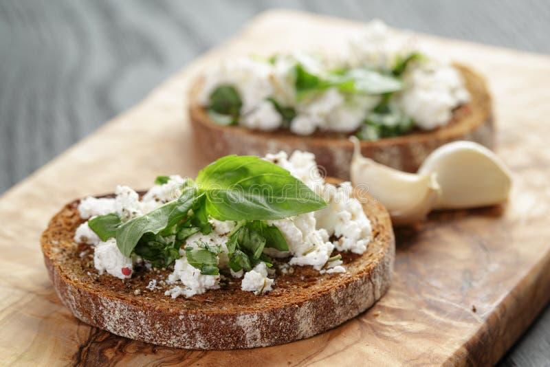 Rågsmörgås eller bruschetta med ricotta, örter och royaltyfri fotografi
