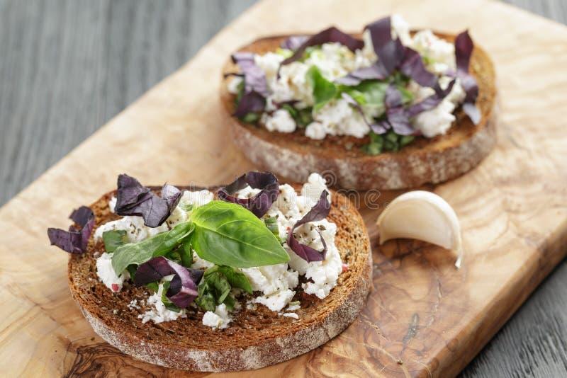 Rågsmörgås eller bruschetta med ricotta, örter och fotografering för bildbyråer